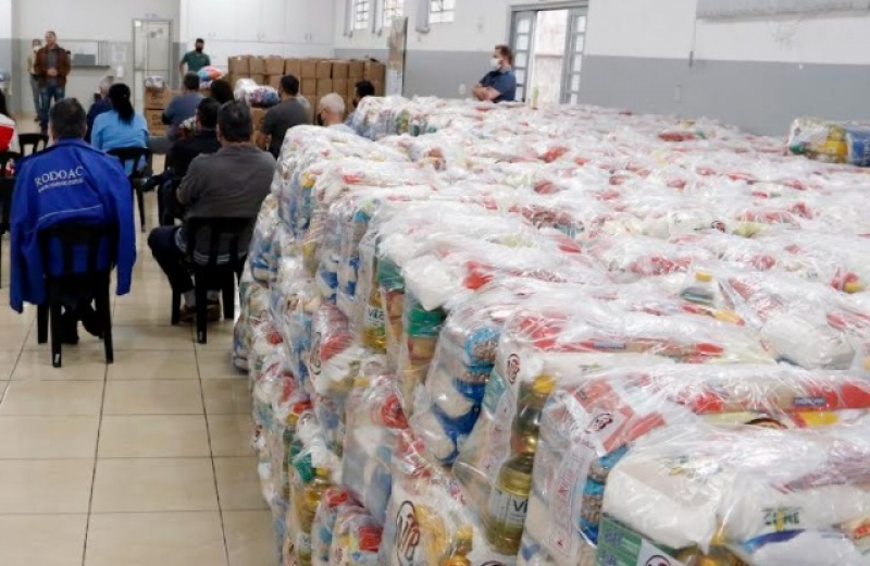 Fundo Social entrega alimentos, cobertores e roupas a entidades sociais