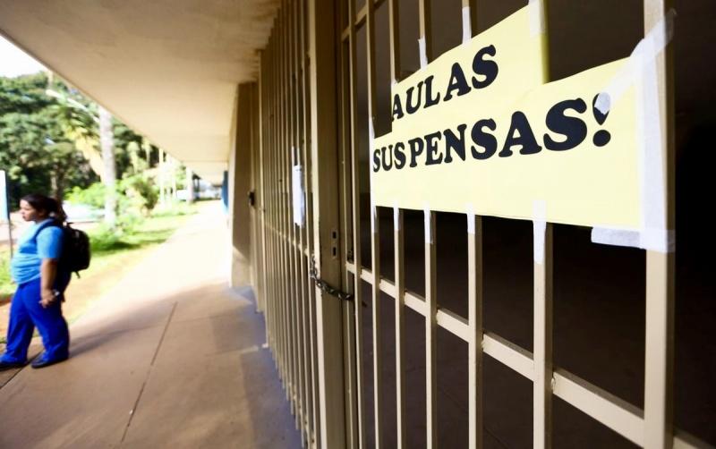 Deputados aprovam urgência de projeto de lei que torna educação essencial