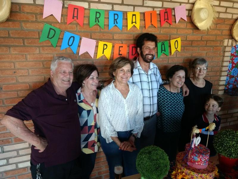 Pedro Baptistini recebe familiares e amigos e é destaque no social